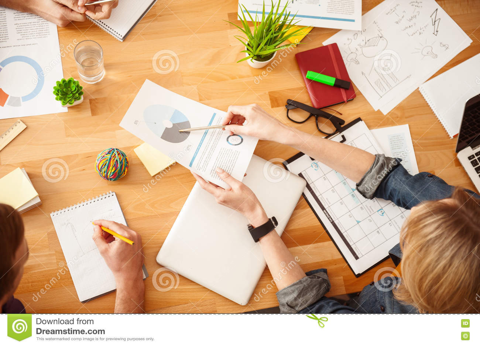 Det gladlynta idérika laget gör skrivbordsarbete