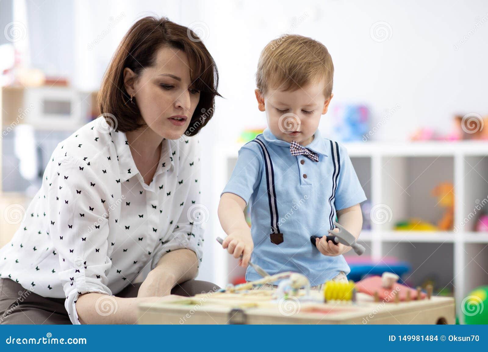 Det gulliga lilla barnet behandla som ett barn att spela med busyboard E Bildande leksaker f?r barn` s