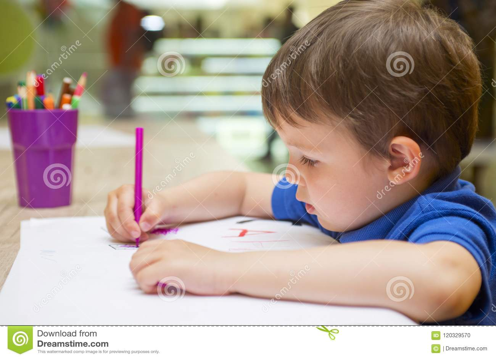 Det gulliga lilla barnet drar med hemmastadda färgrika tuschpennor eller dagiset