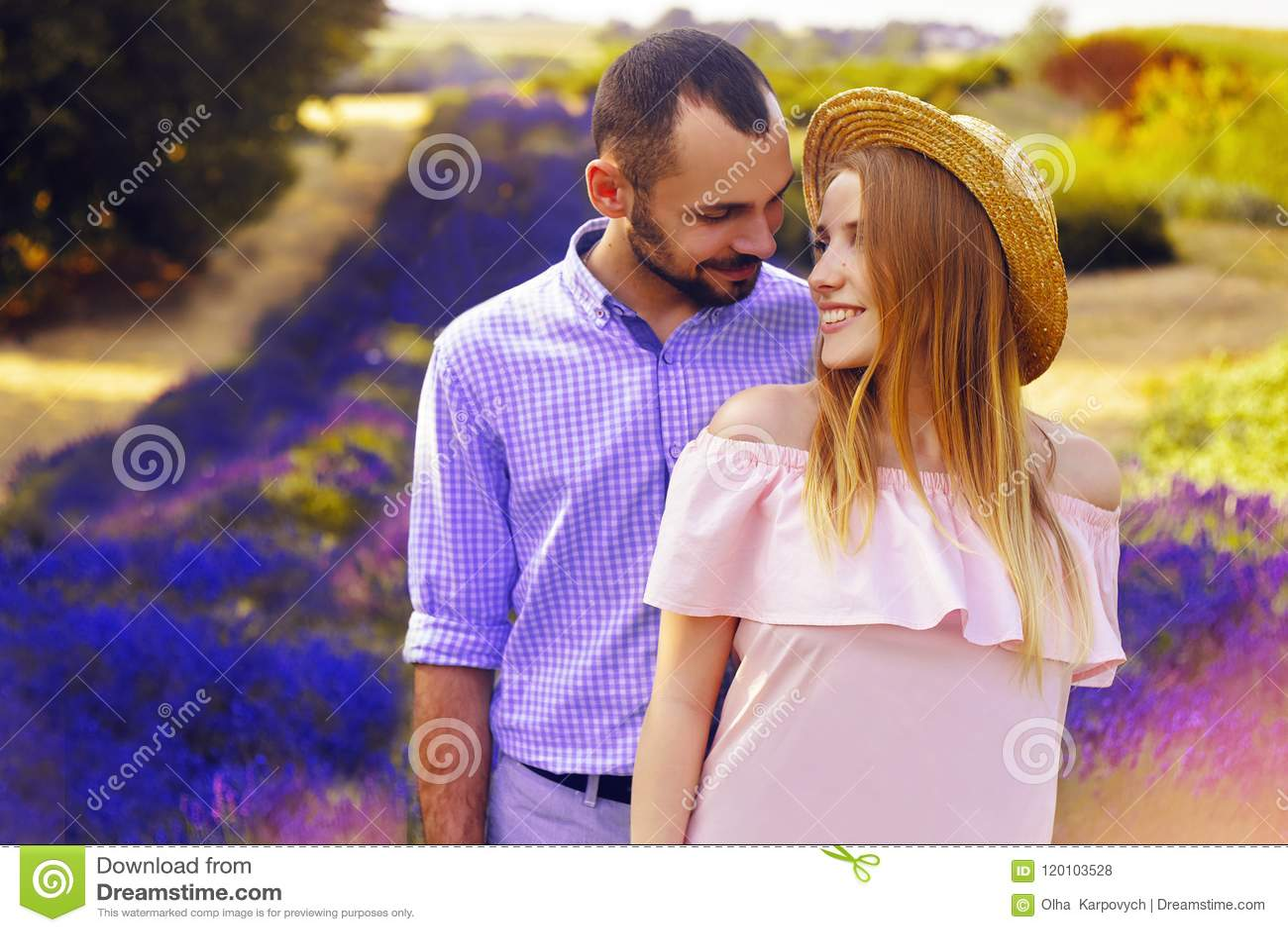 Det gulliga unga lyckliga paret som är förälskat i ett fält av lavendel, blommar Tyck om ett ögonblick av lycka och förälskelse i