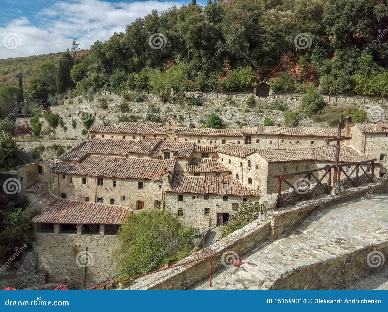 Det härliga areal landskapet av en liten lantlig by på kullen, Tuscany, Italien