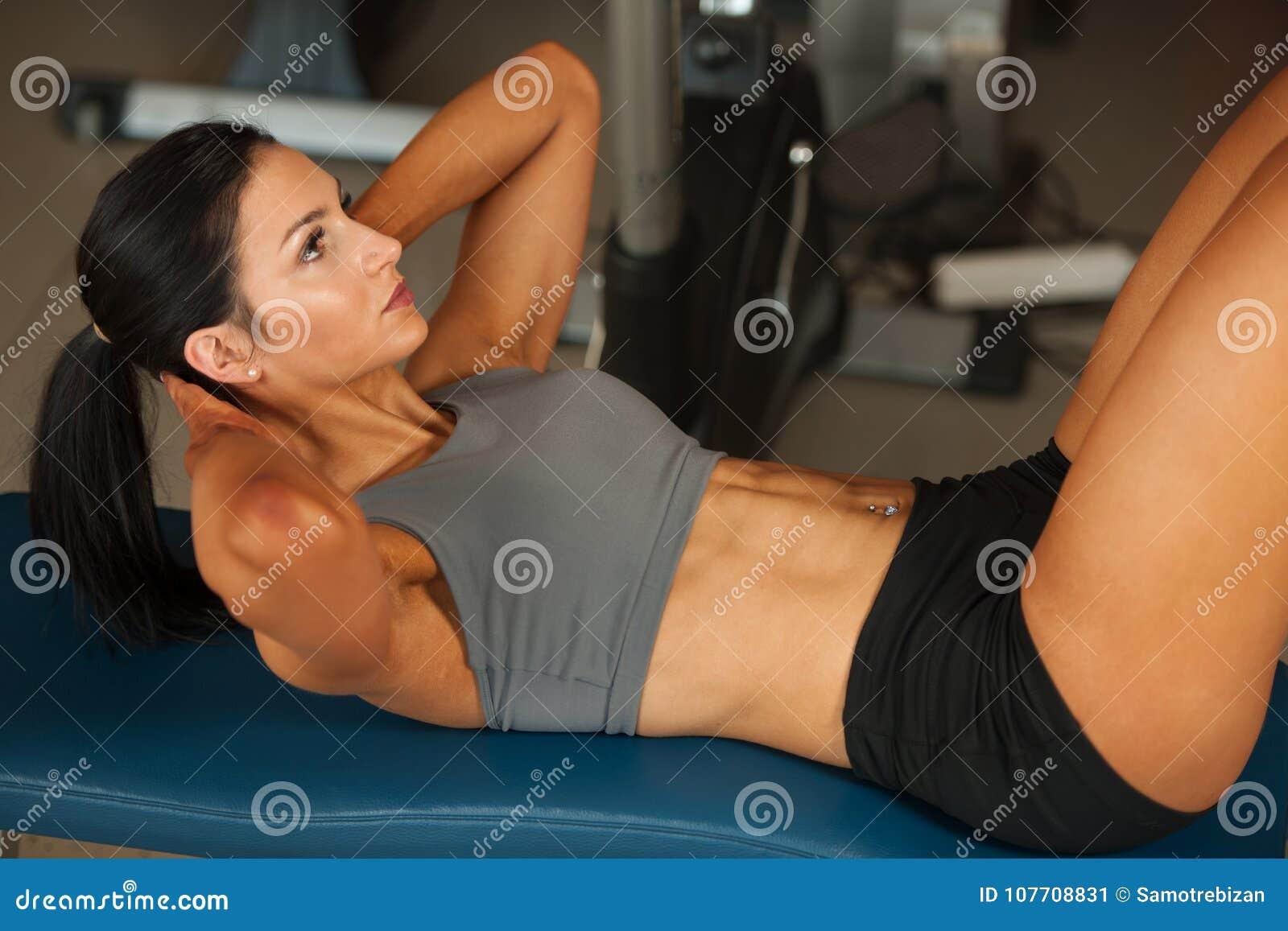 Det härliga barnet passade abs för buk- muskler för kvinnagenomköraren i fitne