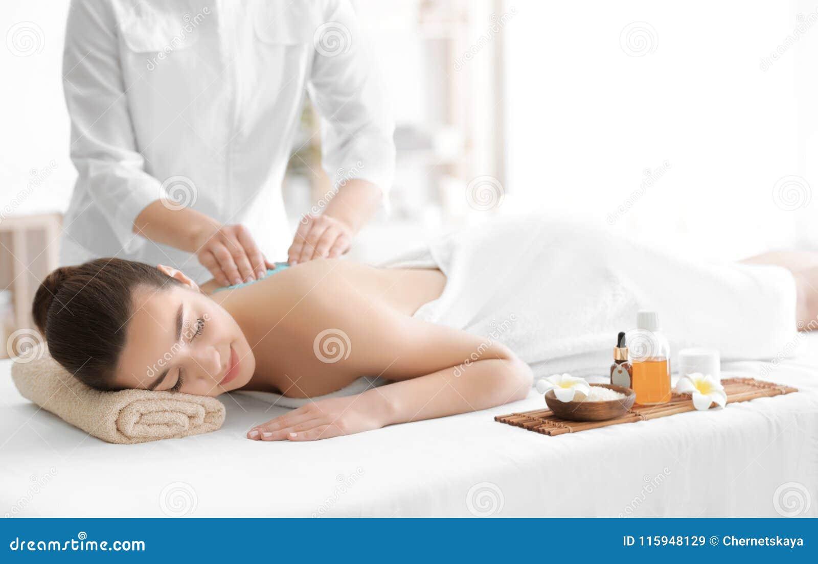Det härliga hälerit för ung kvinna skurar massage
