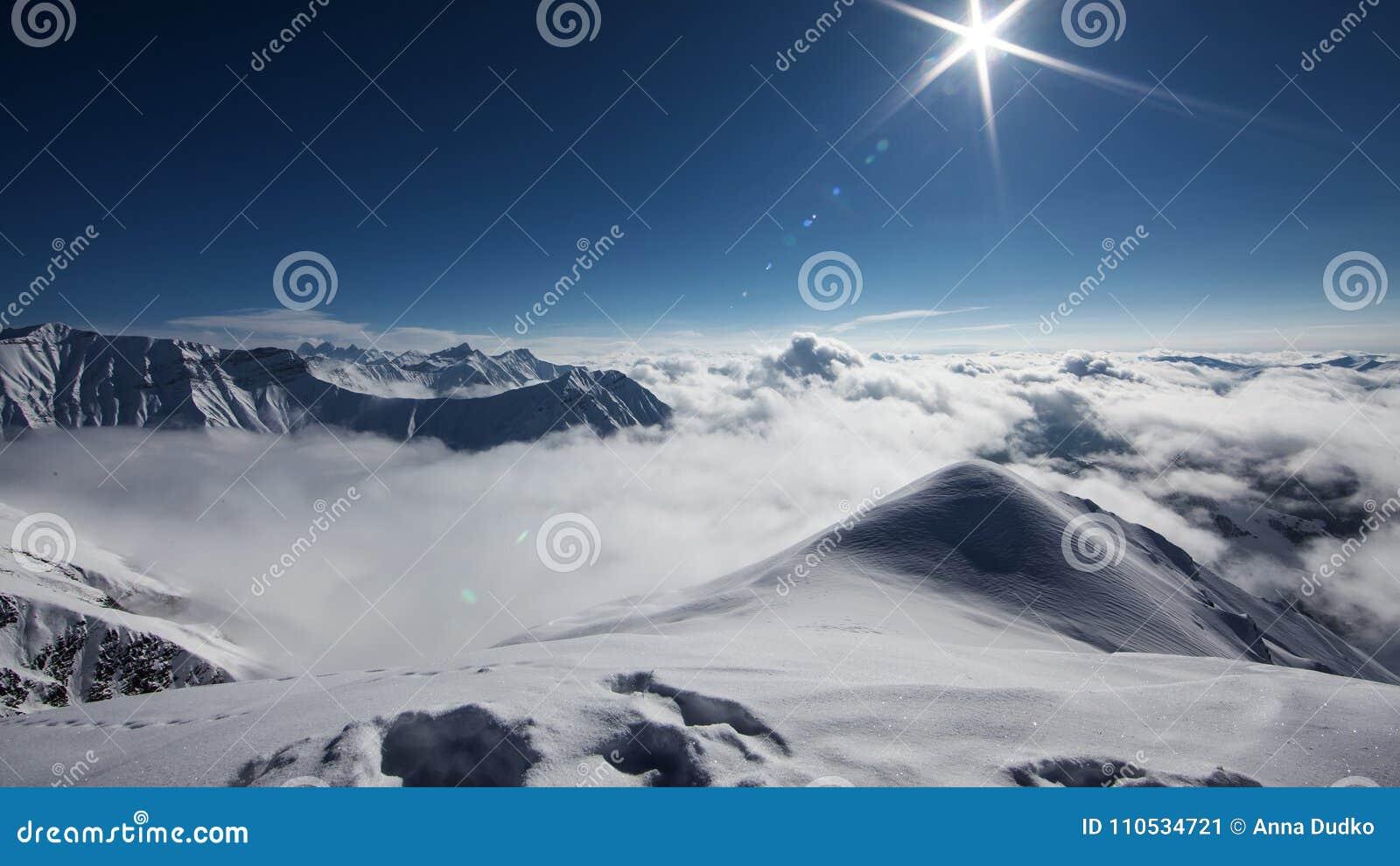 Det härliga landskapet av Kaukasus berg, Gudauri skidar semesterort, G
