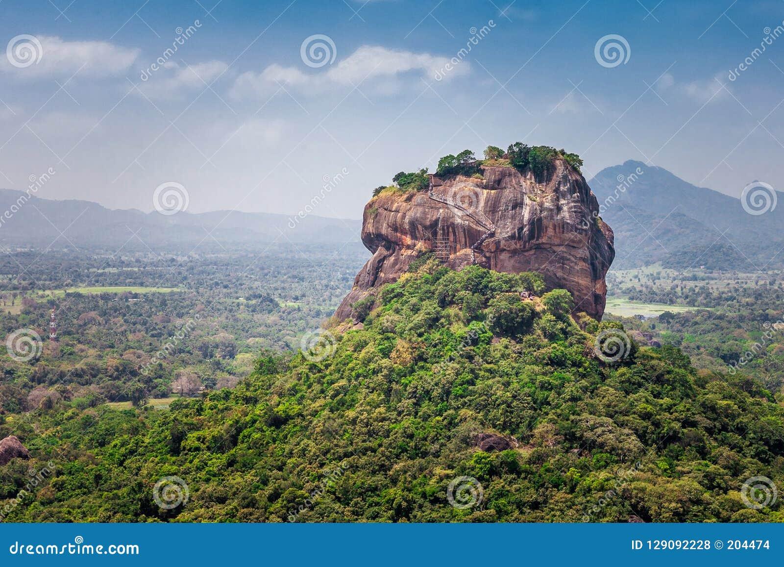 Det härliga landskapet med sikter av Sigiriyaen vaggar eller Lion Rock från det angränsande berget Pidurangala, Dambula, Sri Lank