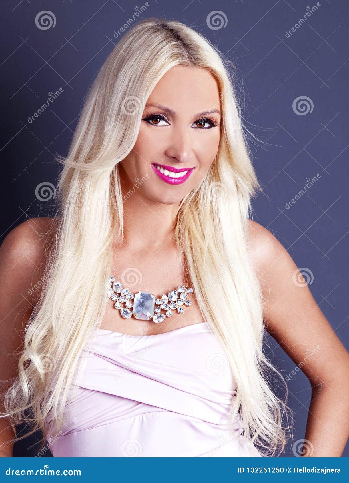 Det härligt, lyckligt blond le kvinna Mode- och skönhetskottet