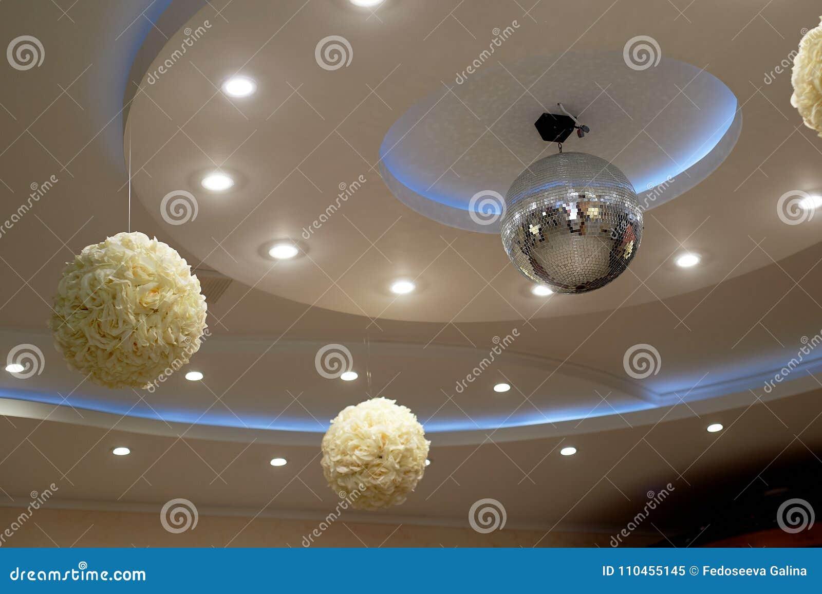 Det höga vita taket med utsatta strålar Dekorerat med diskobollar Med panelljuset livstidsnatt