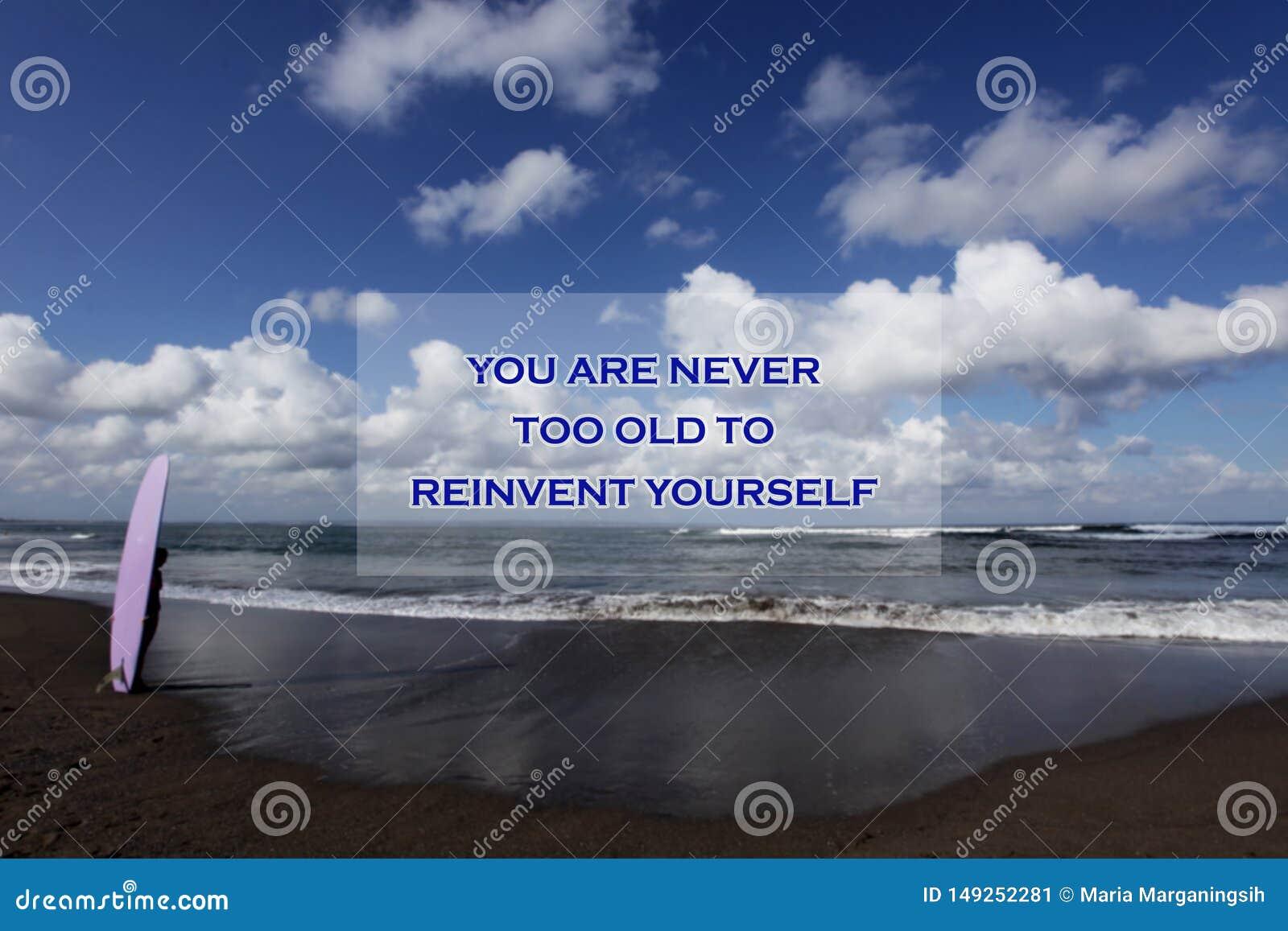 Det inspirerande motivational citationstecknet är du aldrig för gammal att uppfinna sig på nytt Med oskarp bild av ett ungt surfa