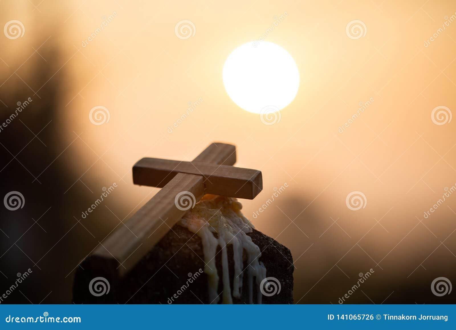 Det KristusJesus korset i soluppgången färgade himmelbakgrund, dyrkan, religiöst begrepp , Välsignar nattvardterapi att hjälpa fö