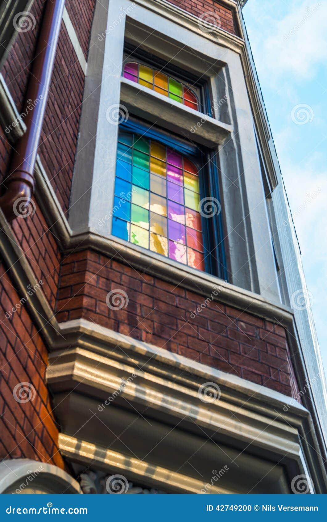Det kulöra fönstret förser med rutor