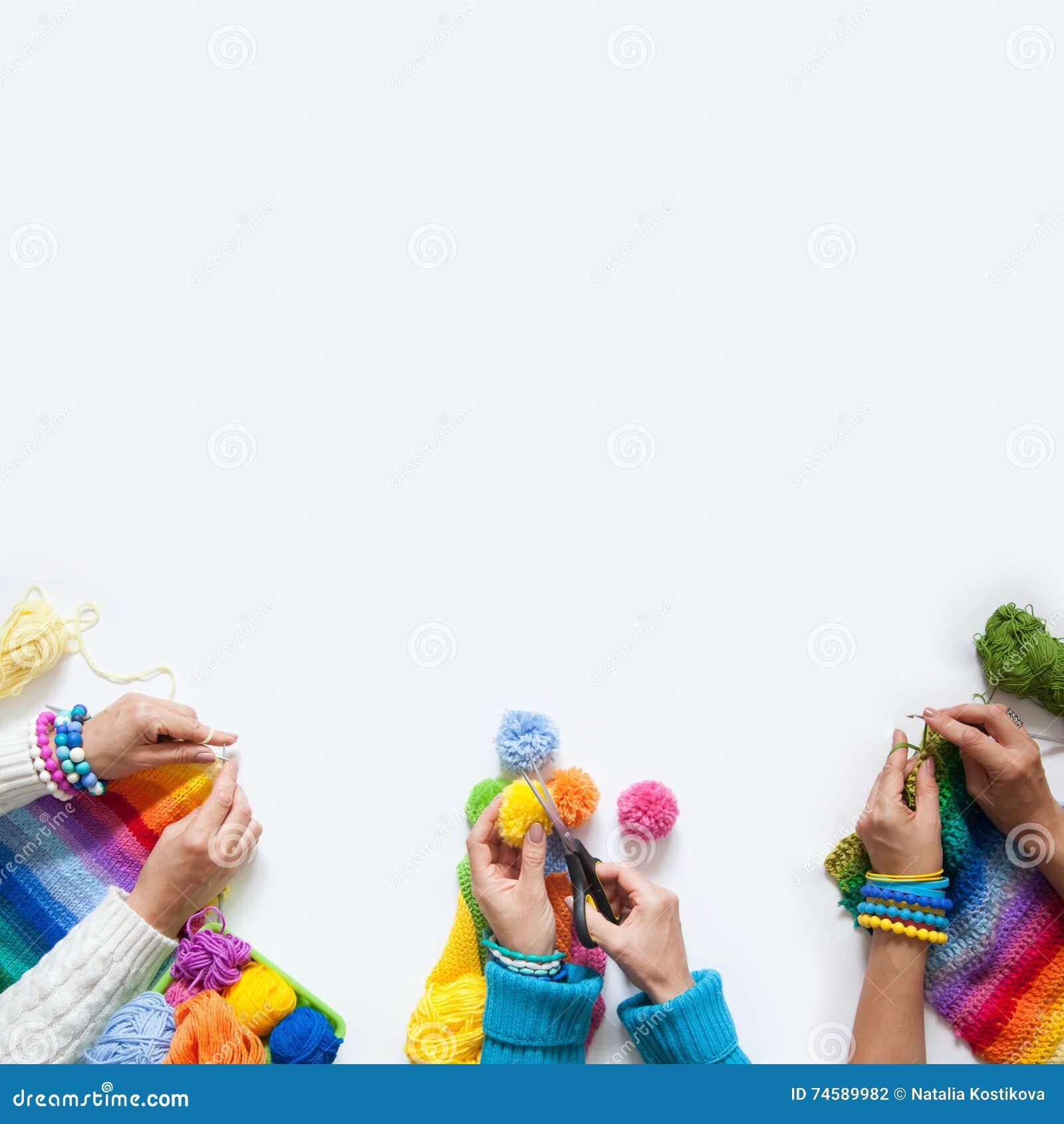 Det kulöra tyget för för kvinnarät maska och virkning ovanför sikt