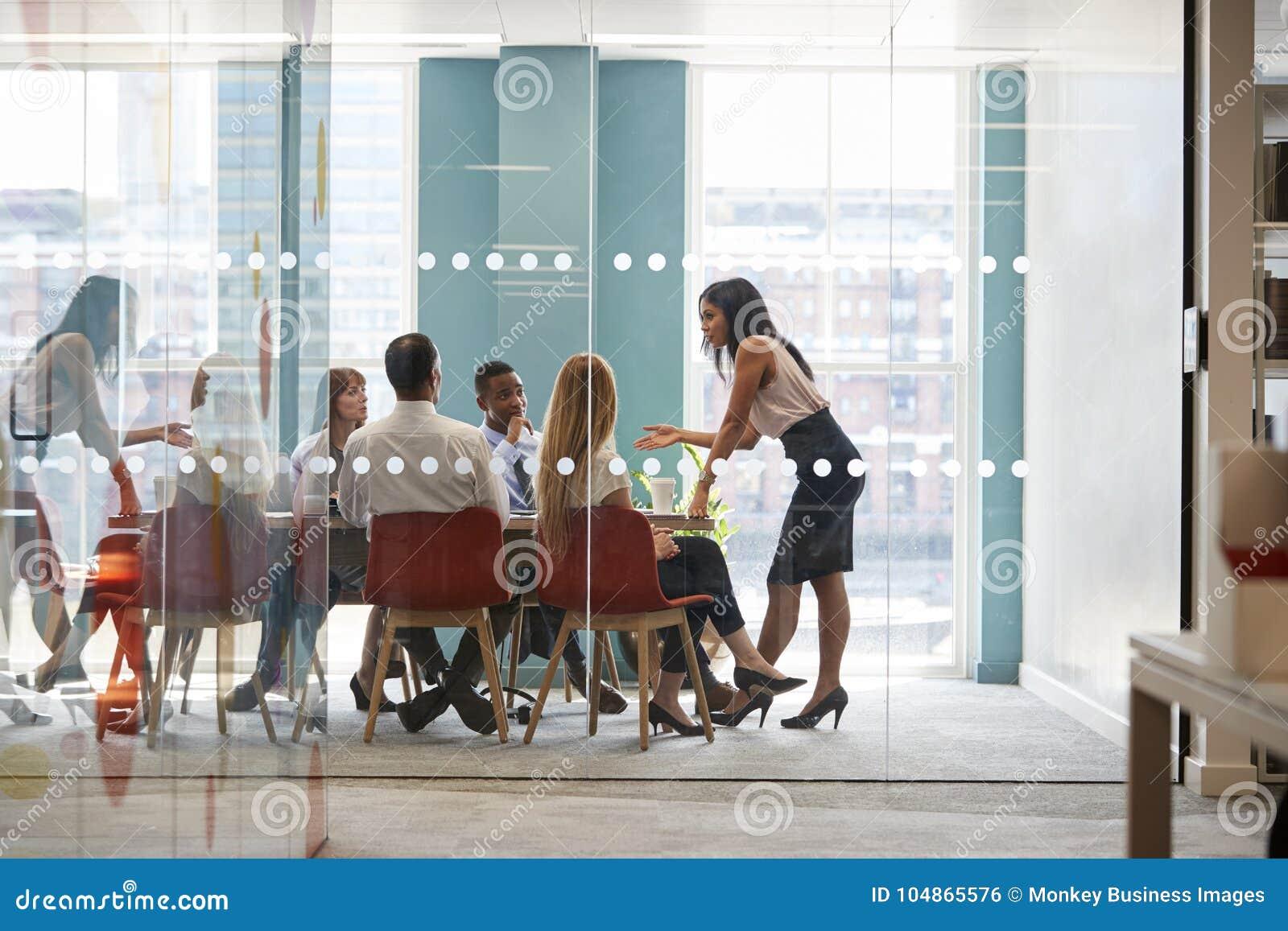 Det kvinnliga framstickandet står benägenhet på tabellen på affärsmötet