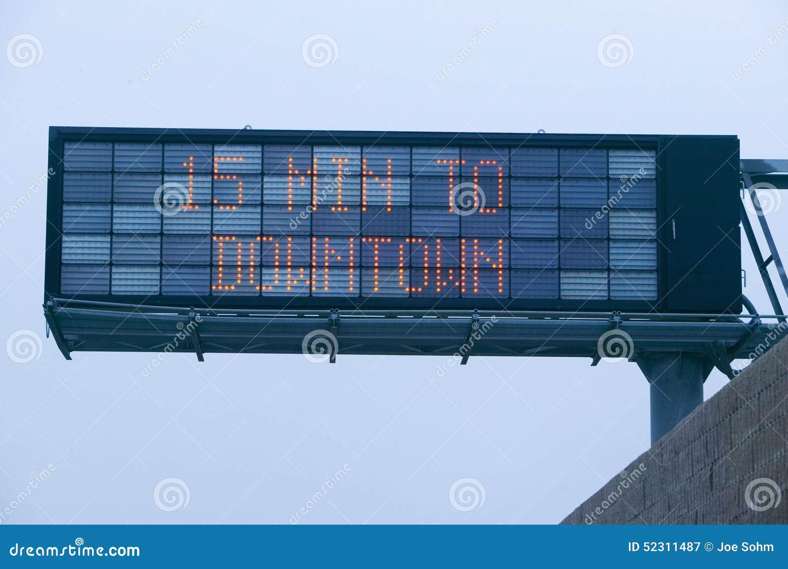 Det LEDDE huvudvägtecknet visar 15 minuter till hur mycket trafik för den i stadens centrum visningen på huvudväg 101, Los Angele