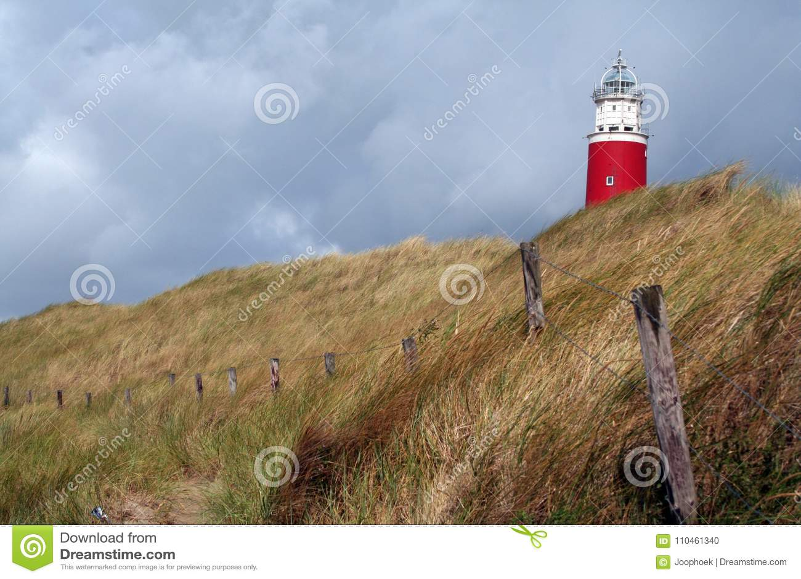 Det ljusa huset av Texel på en dyn