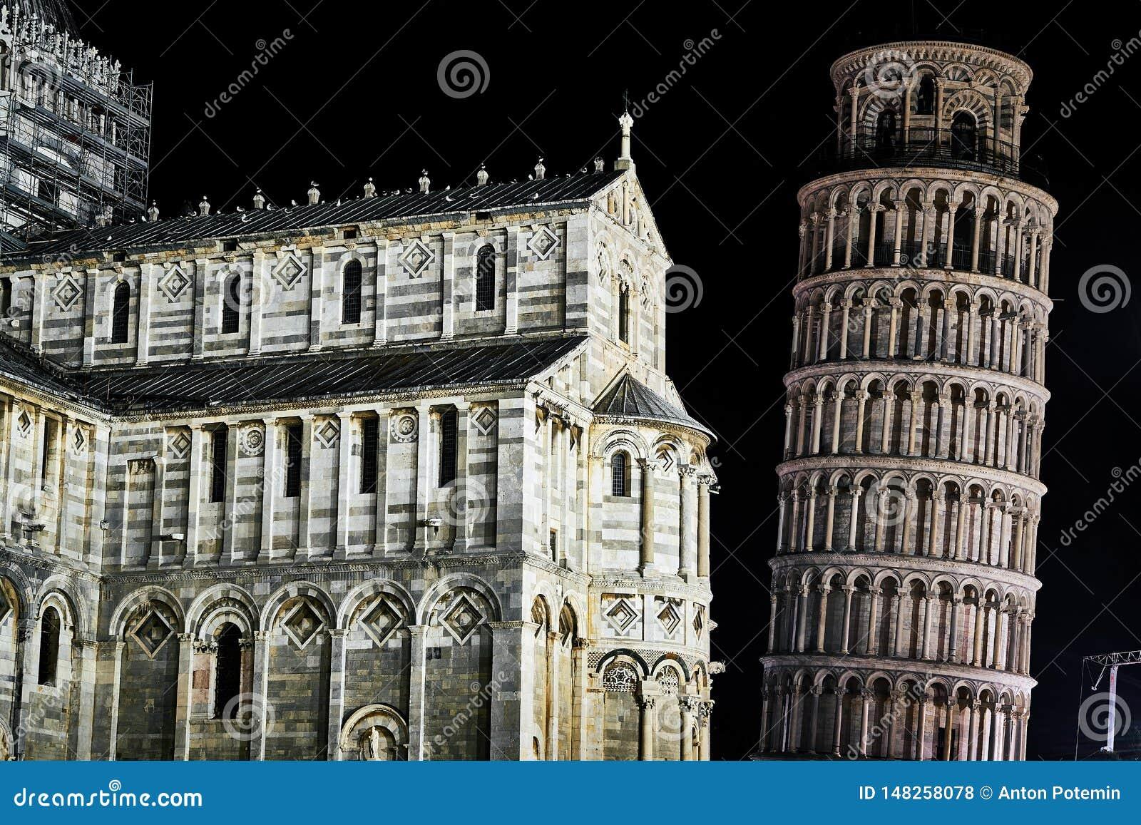 Det lutande tornet och domkyrkan i Pisa