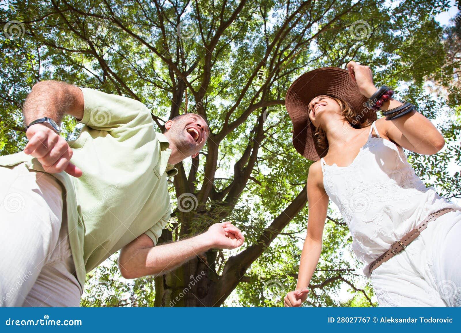 Det lyckliga barn kopplar ihop att ha gyckel