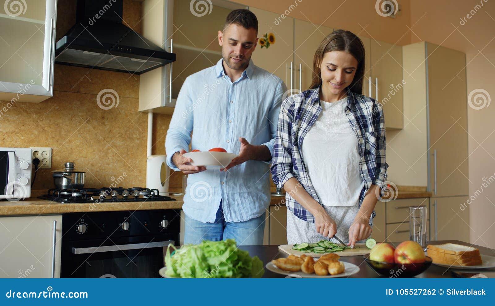 Det lyckliga barnet kopplar ihop att kyssa att omfamna och att prata i köket, medan laga mat frukosten hemma