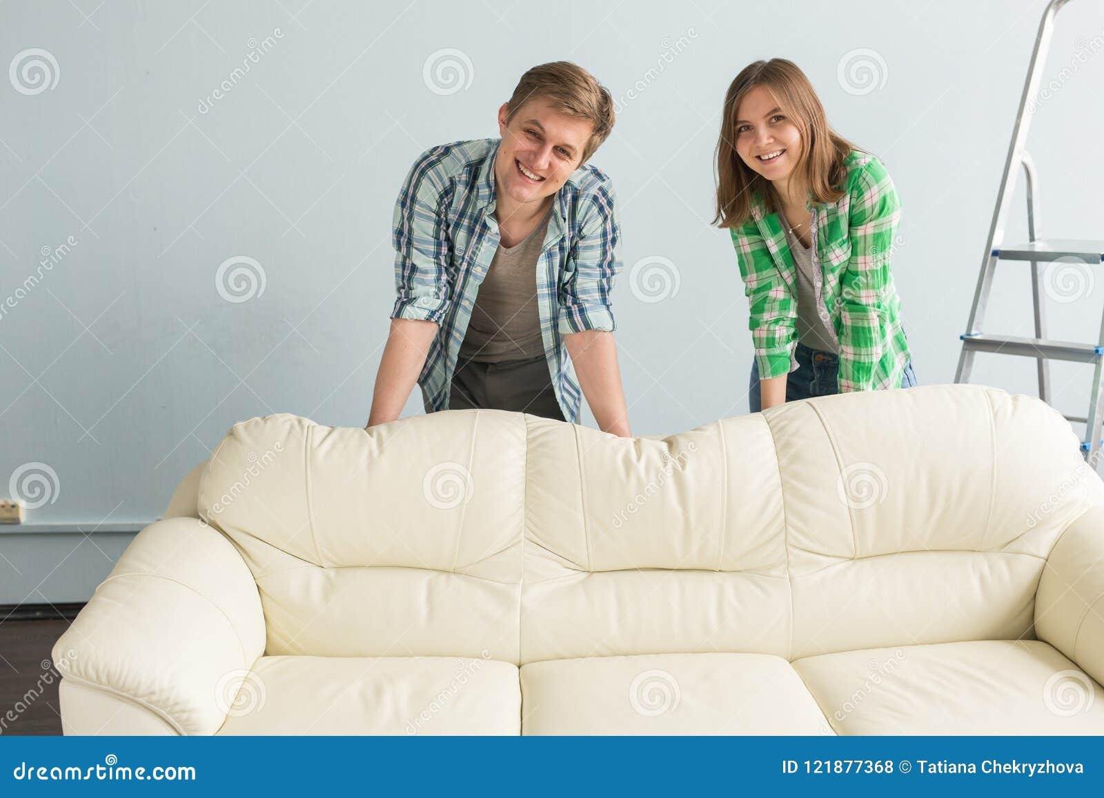 Det lyckliga barnet kopplar ihop i inre för cowboyskjortaplanläggning bak den vita soffan