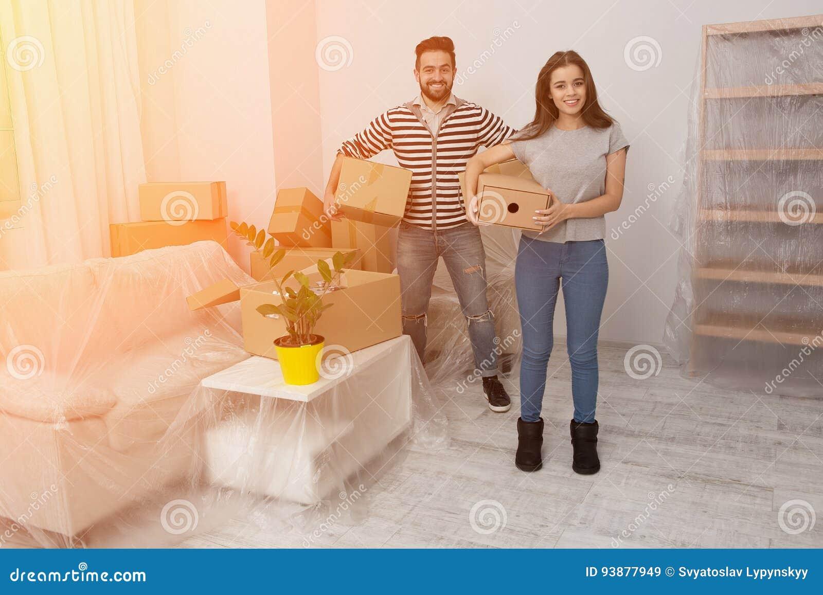 Det lyckliga barnet kopplar ihop uppackning eller den emballageaskar och flyttningen in i ett nytt hem