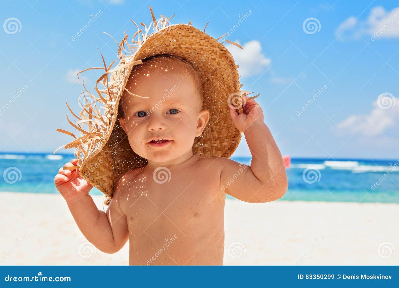 Det lyckliga barnet med sugrör hade på stranden på familjsemester
