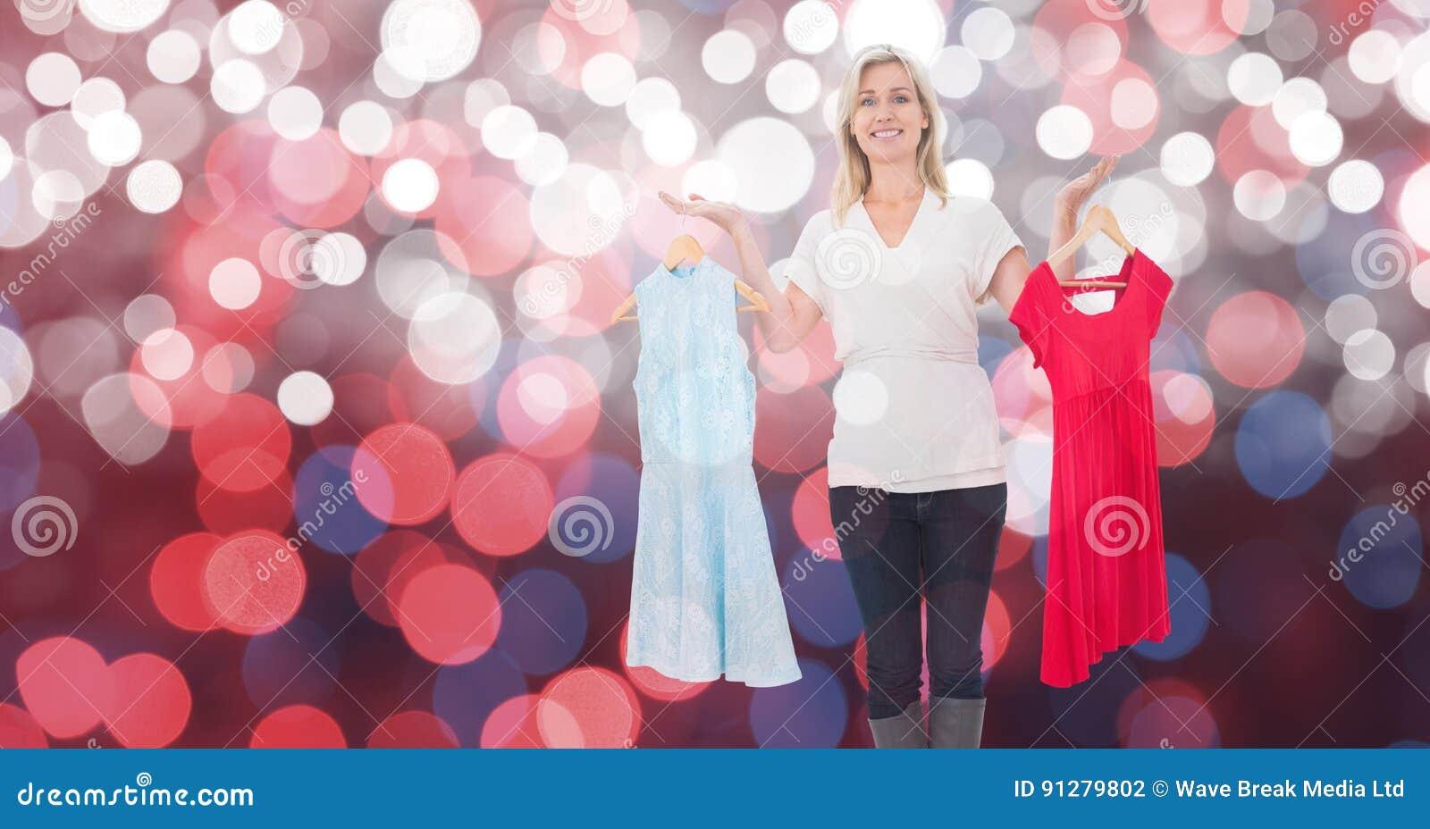 Det lyckliga kvinnainnehavet klär över bokeh