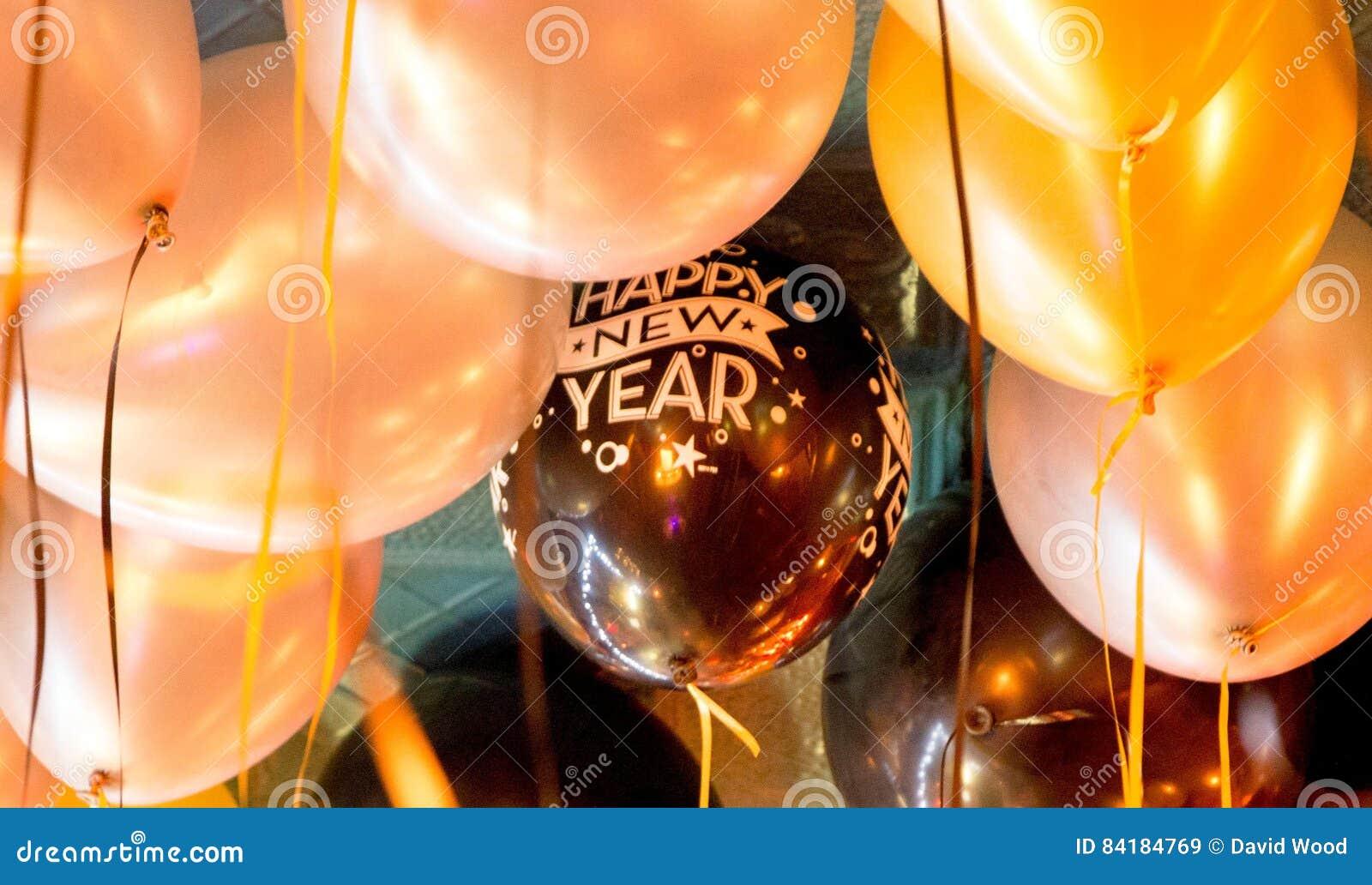Det lyckliga nya året sväller på taket