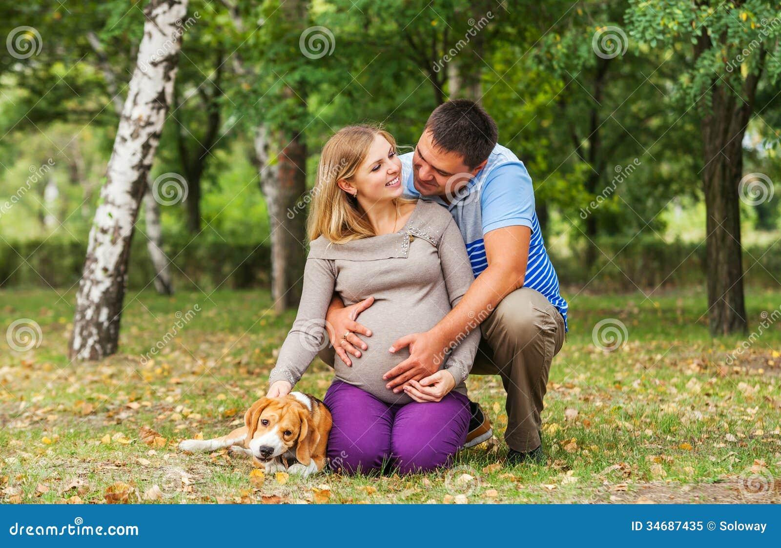 Det lyckliga paret av framtid uppfostrar på gå