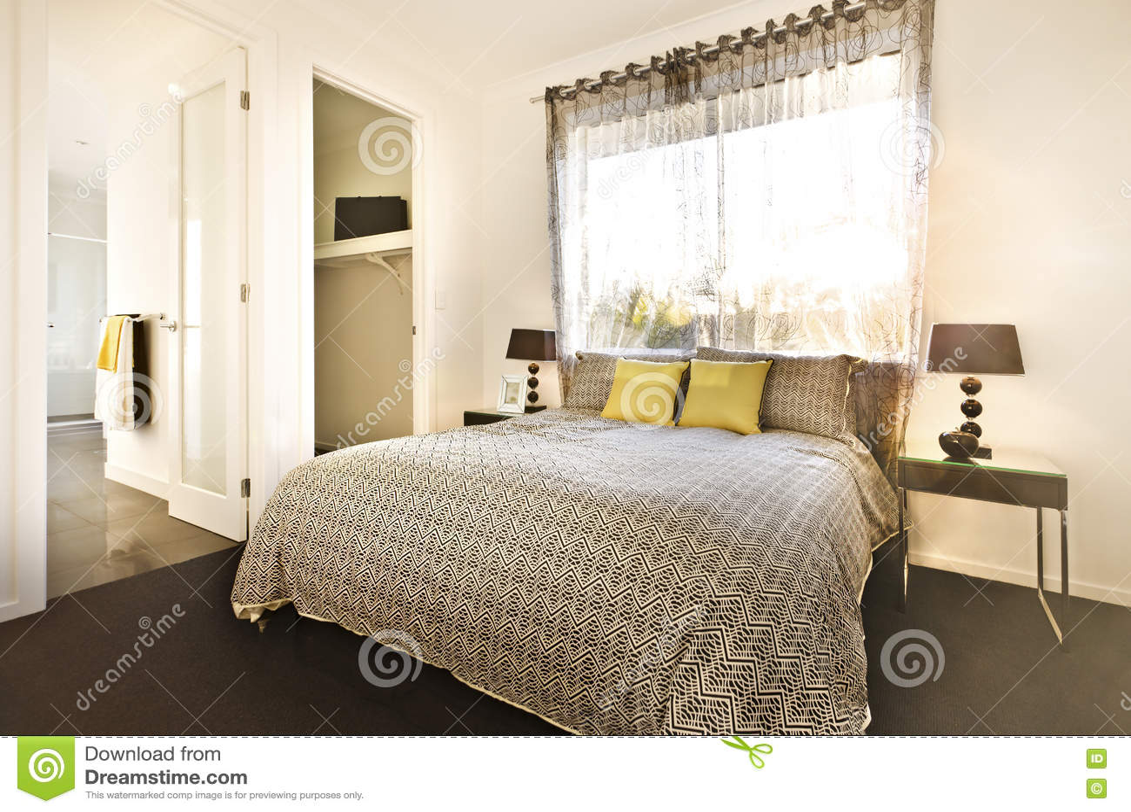 Det lyxiga sovrummet med en modell planlade sängarket