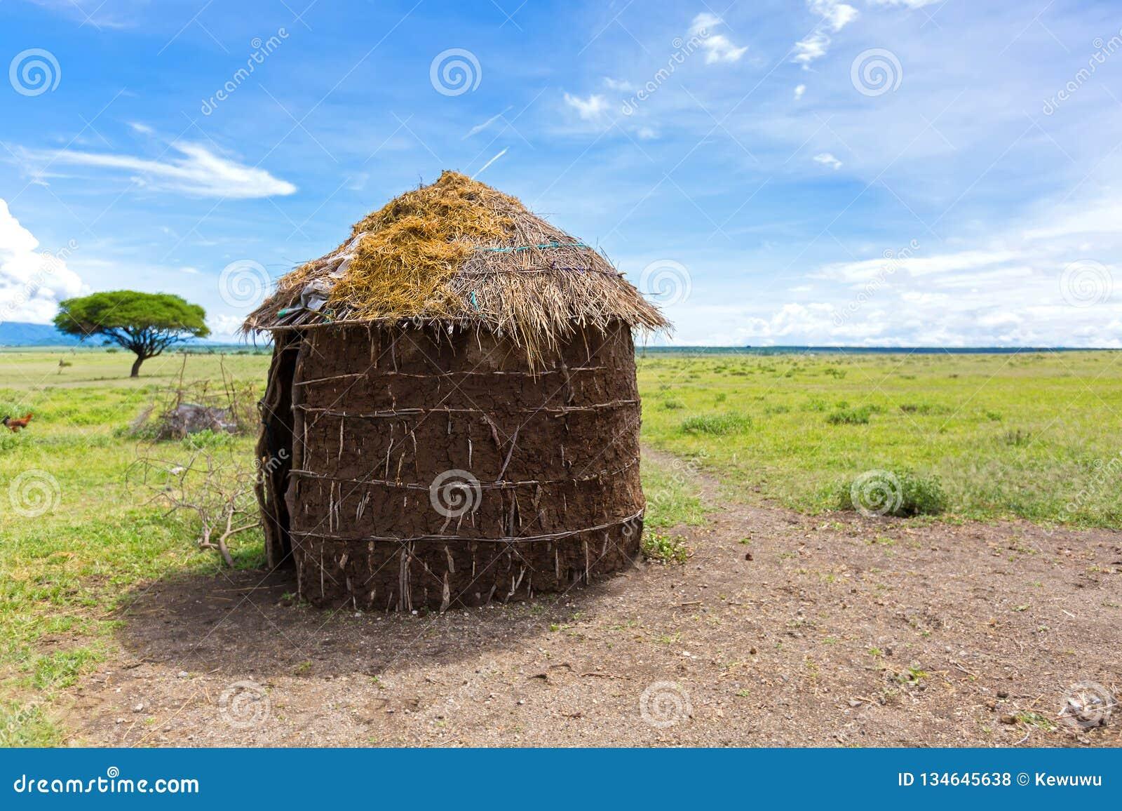Det Maasai 'sskyddet, format runt halmtäcker huset som göras av kvinnor i Tanzania, East Africa