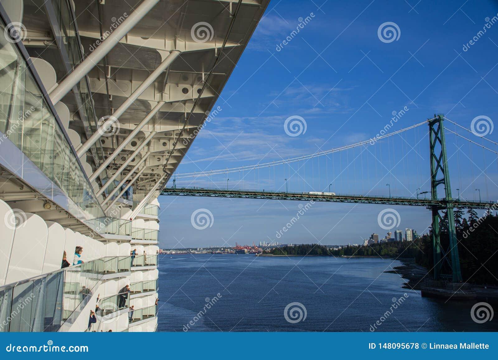 Det massiva kryssningskeppet att närma sig lejonportbron i Vancouver, British Columbia