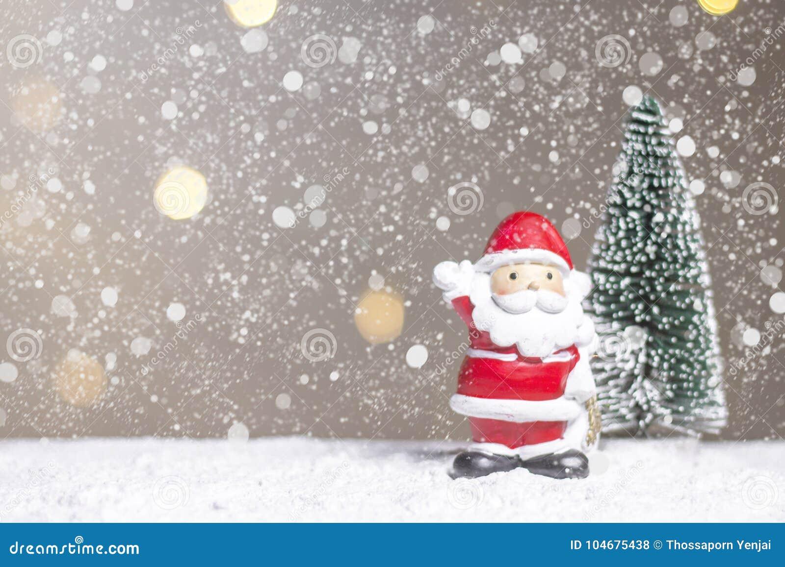 Det miniatyrjuljultomtencros och trädet på snö över suddig bokehbakgrund, garneringbilden för jul semestrar och lyckligt nytt