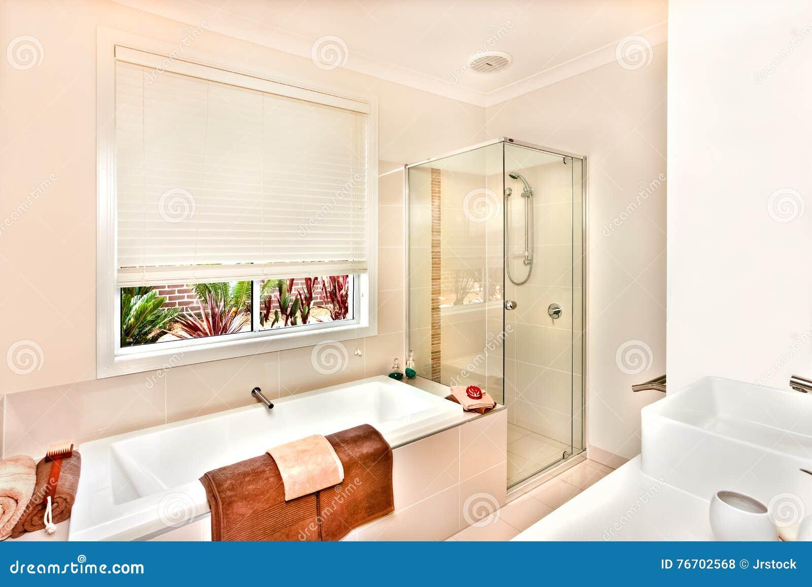 Det moderna badrummet med badet badar och badningområde som är förberett med släp