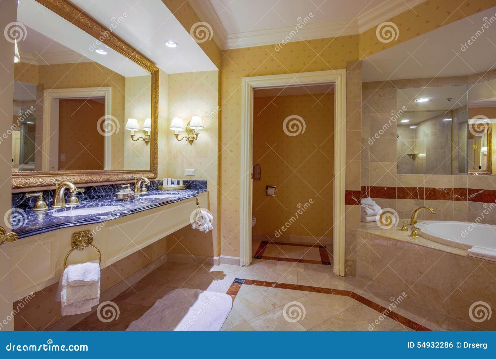 Två vaskar och bubbelpool med trappa i badrum. royaltyfri foto ...