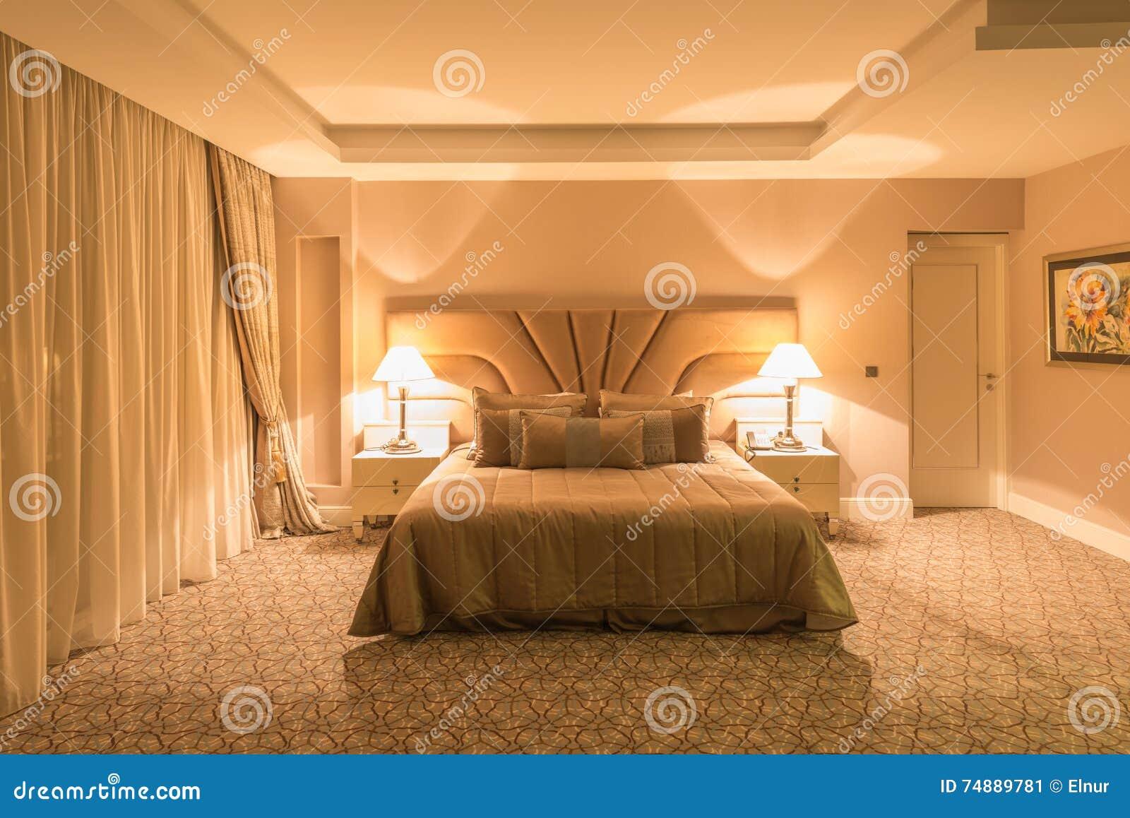 Det moderna hotellrummet med stor säng