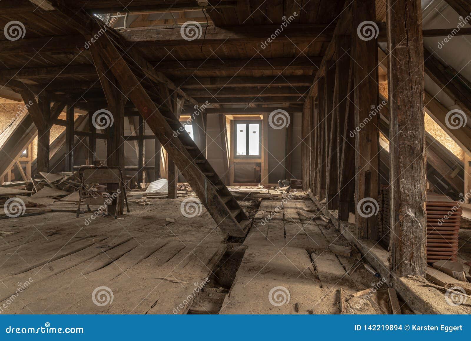 Det mycket gamla huset renoveras omfattande