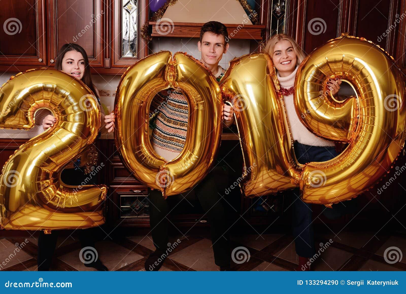 Det nya 2019 året är kommande Grupp av gladlynt ungdomarbära