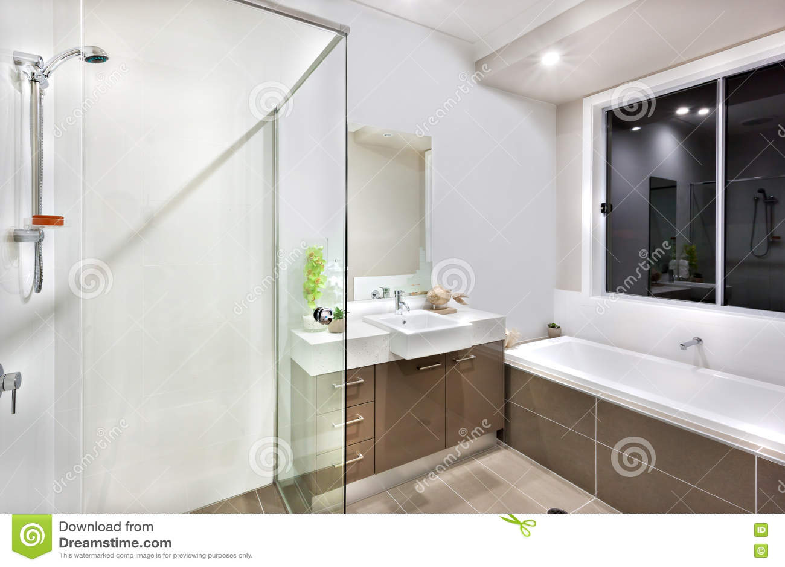 Det nya badrummet med tvättande område, inklusive bad badar