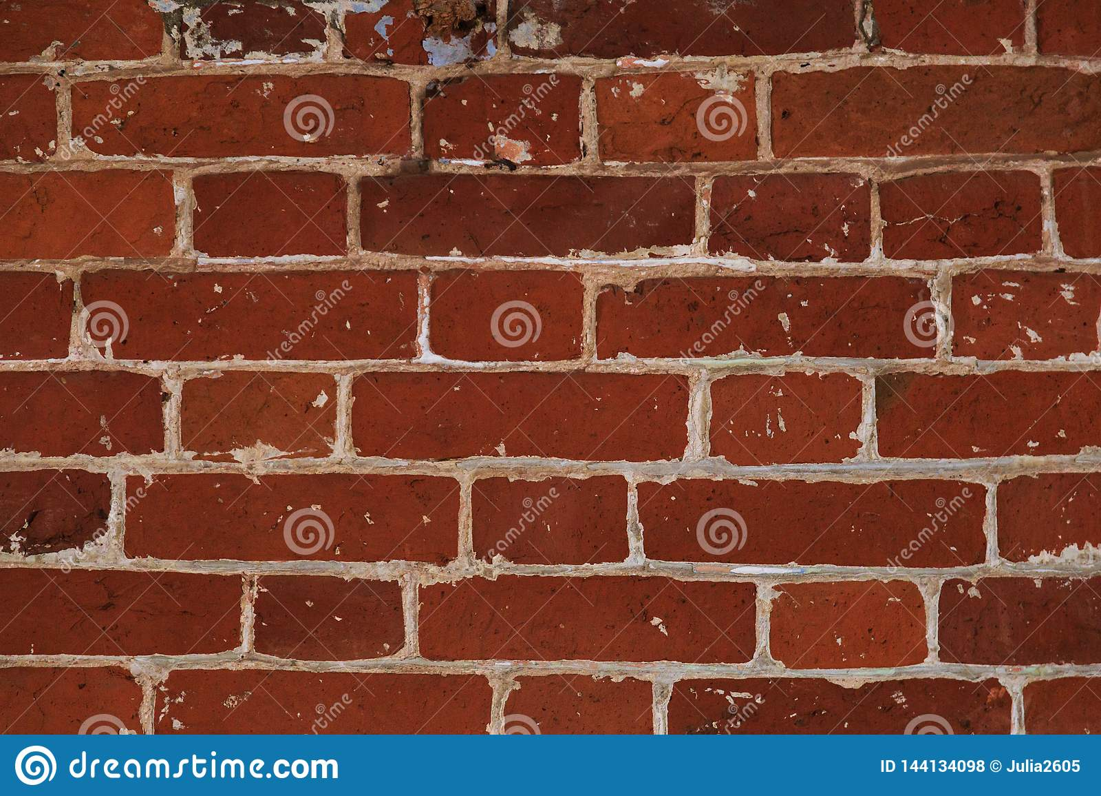 Det ovanliga murverket av röda tegelstenar som är forntida stenar textur