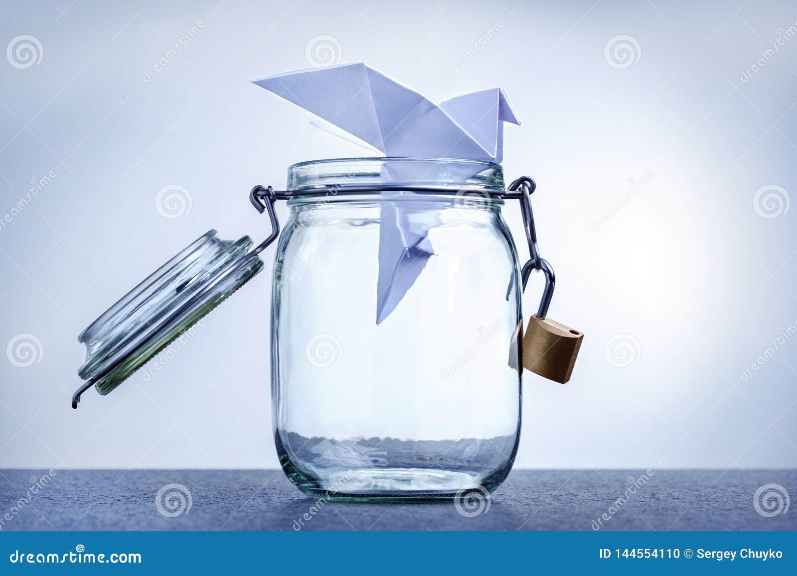Det pappers- dyka-symbolet av fred flyger ut ur buren