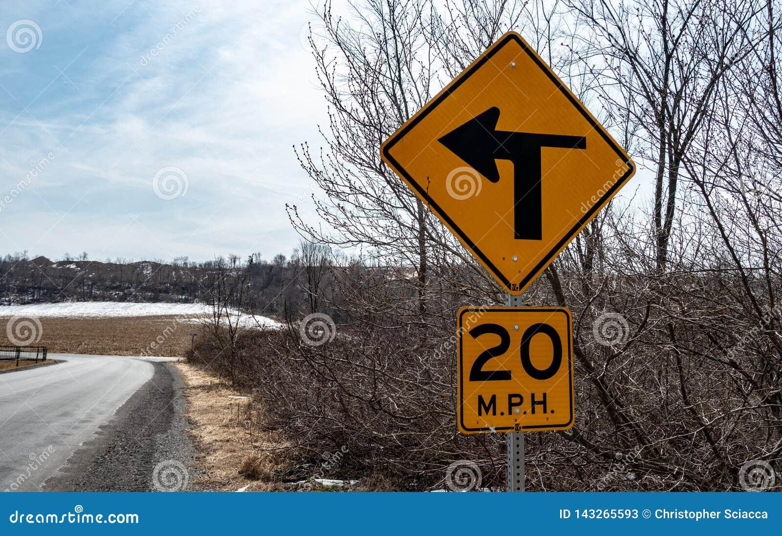 Det Pennsylvania vägmärket som indikerar vägen, skriver in en vänster handkurva