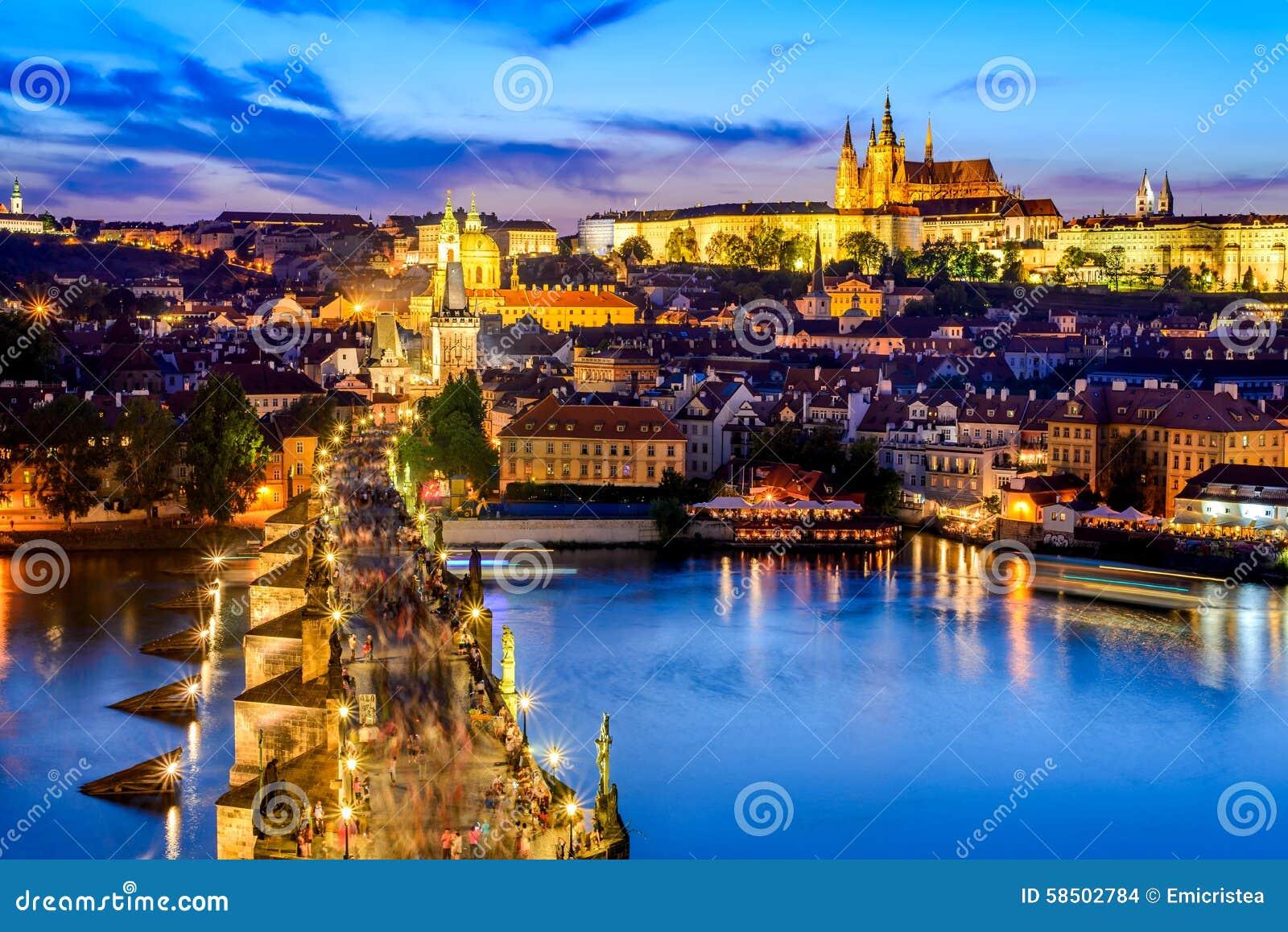 Det Prague slottet och Charles överbryggar, den tjeckiska republiken
