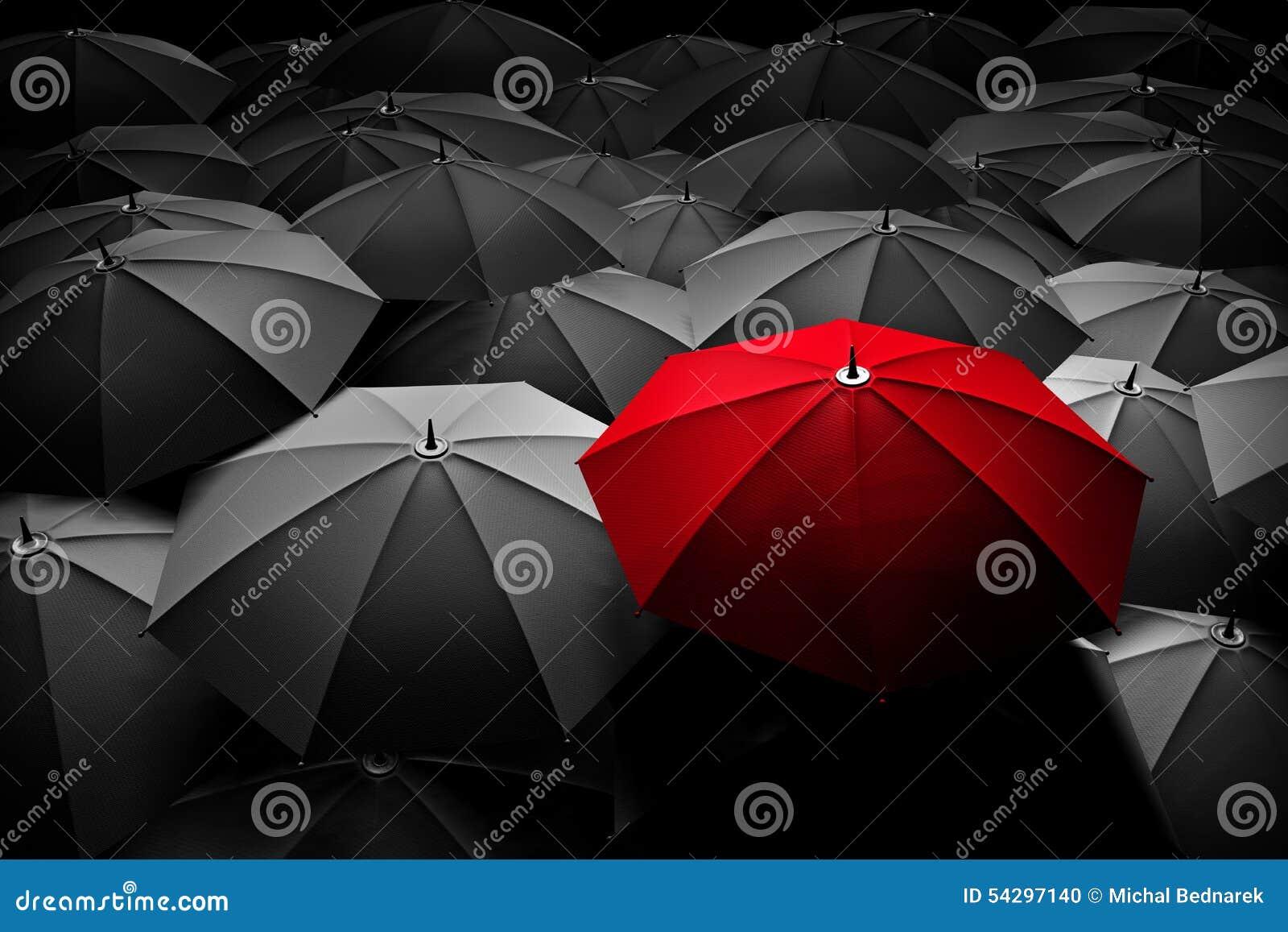 Det röda paraplyet står ut från folkmassan Olikt ledare