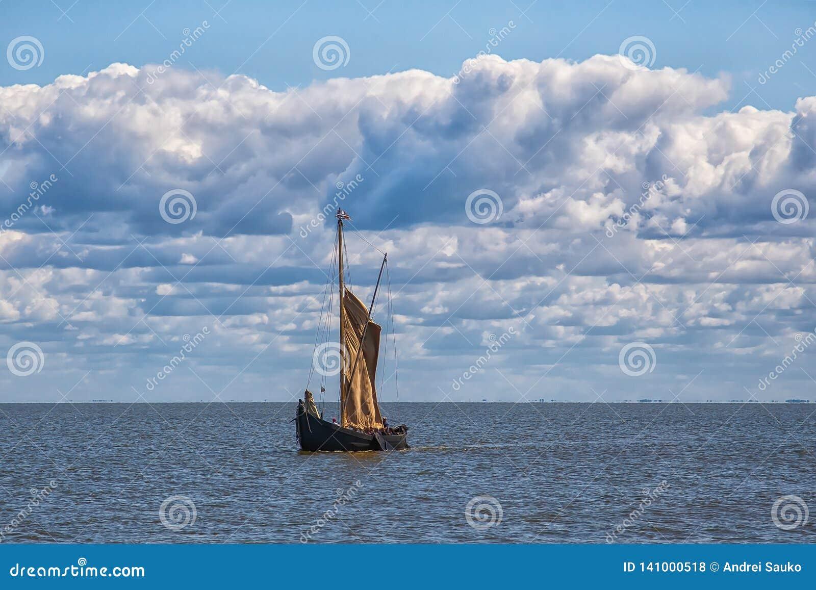 Det Retro träsegla skeppet seglar in i havet