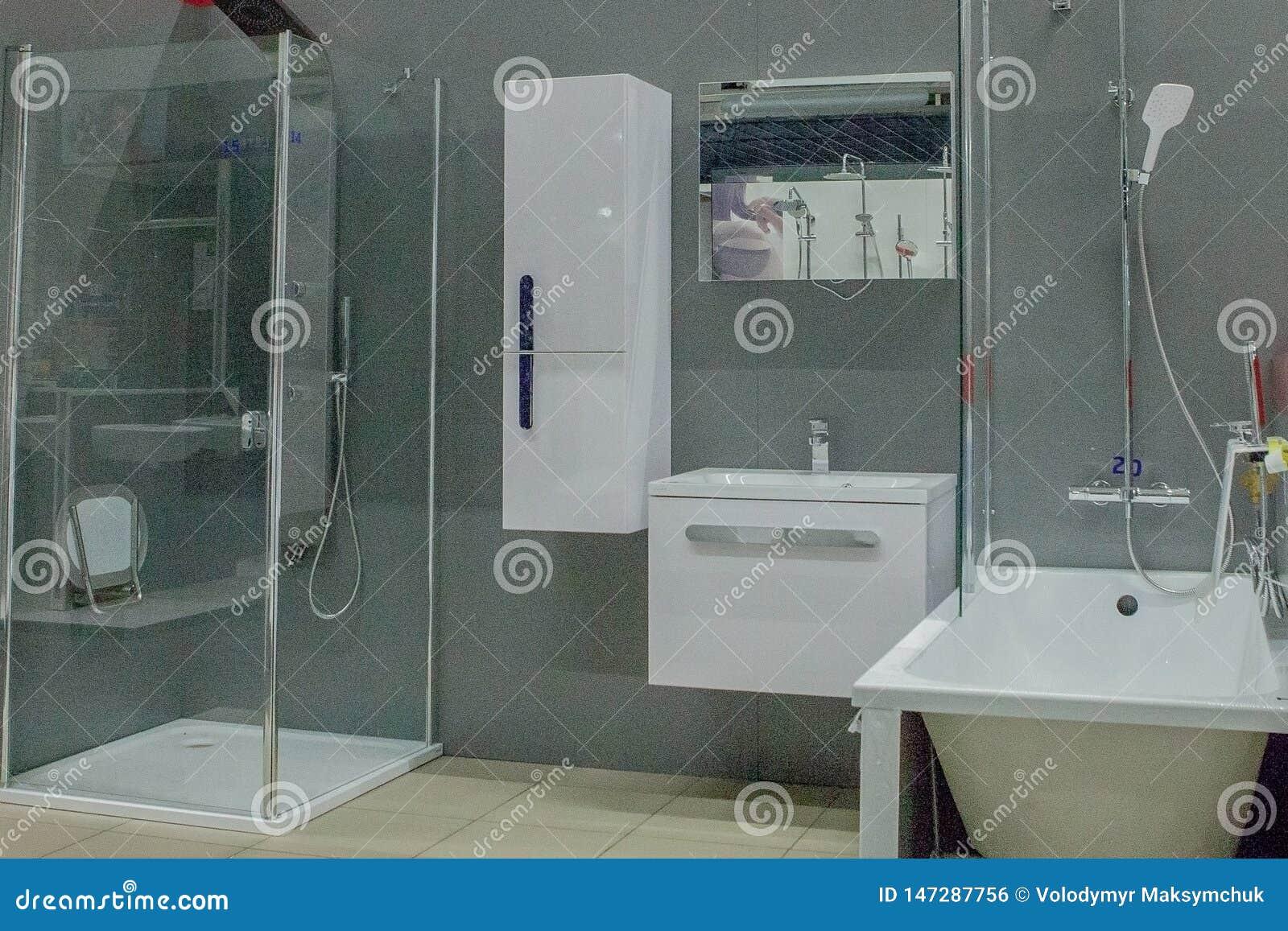 Det rymliga badrummet i gr?a signaler med frist?ende badar, g?-i dusch, f?f?nga f?r dubbel vask
