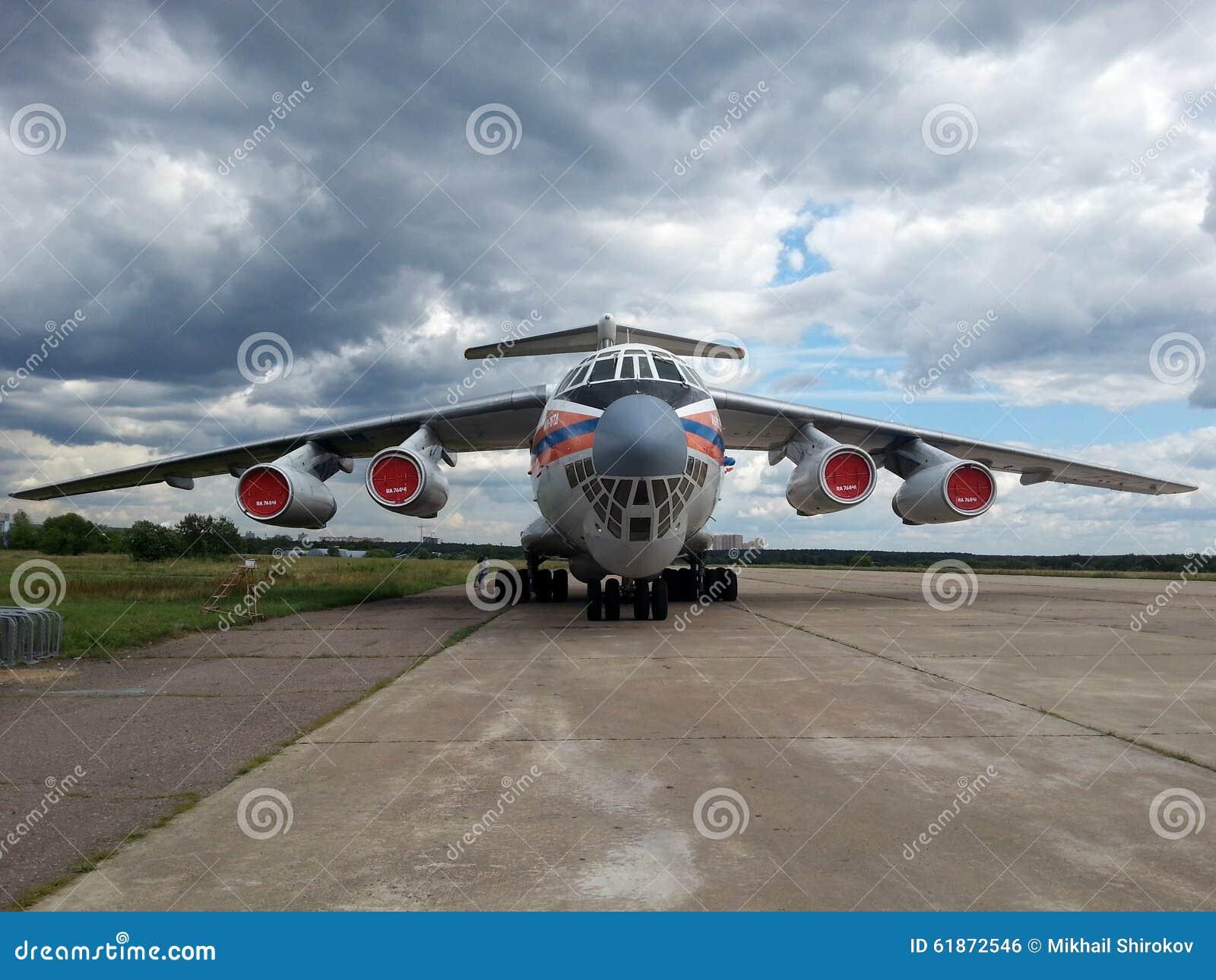 Det ryska militära strategiska flygplanet som kan användas till mycket Ilyushin Il-76