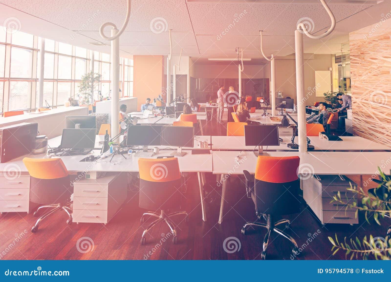 Det Startup affärsfolket grupperar funktionsdugligt dagligt jobb på det moderna kontoret