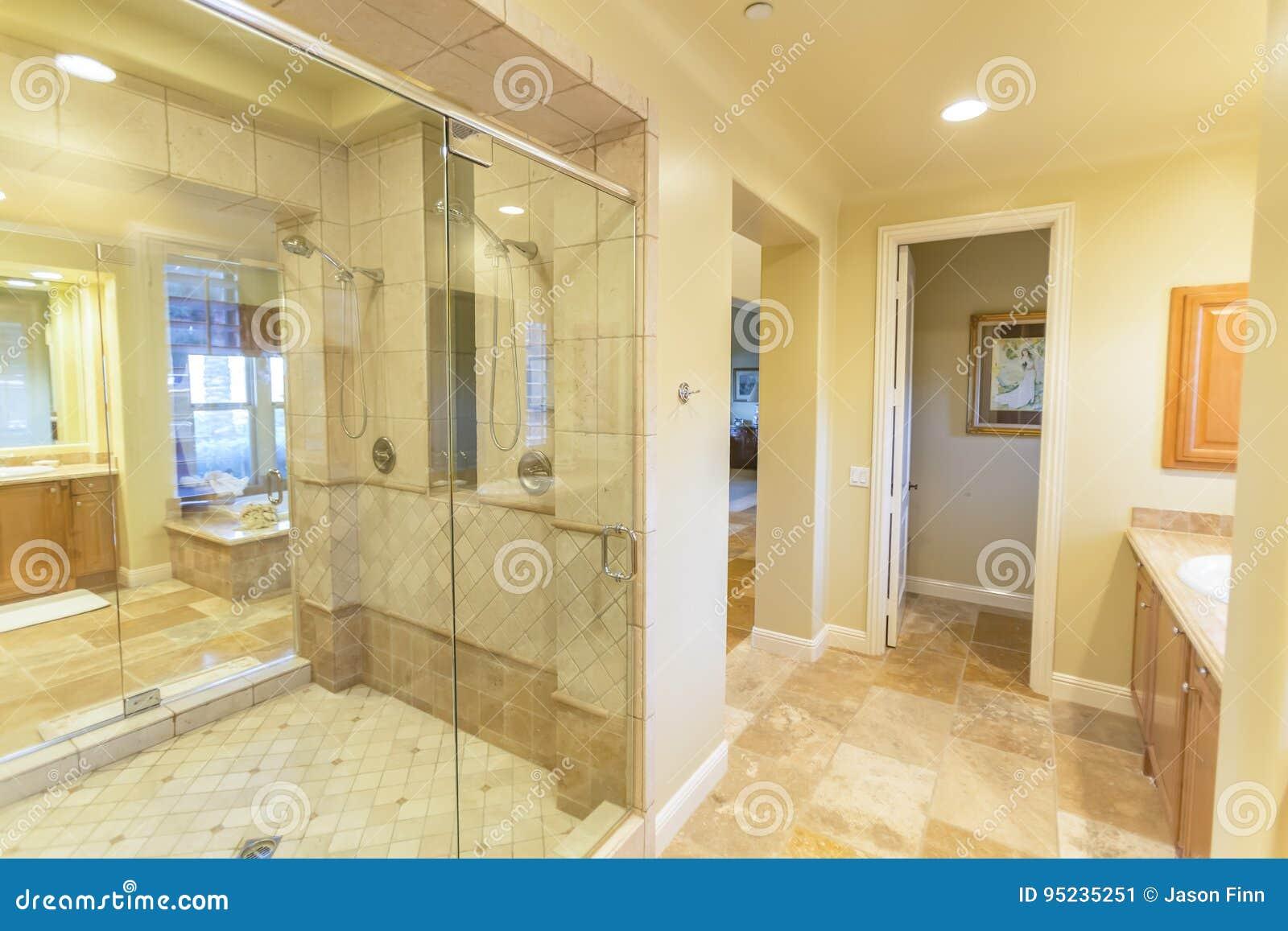 Det stora badrummet med duschen och den härliga tegelplattan arbetar i San Diego California