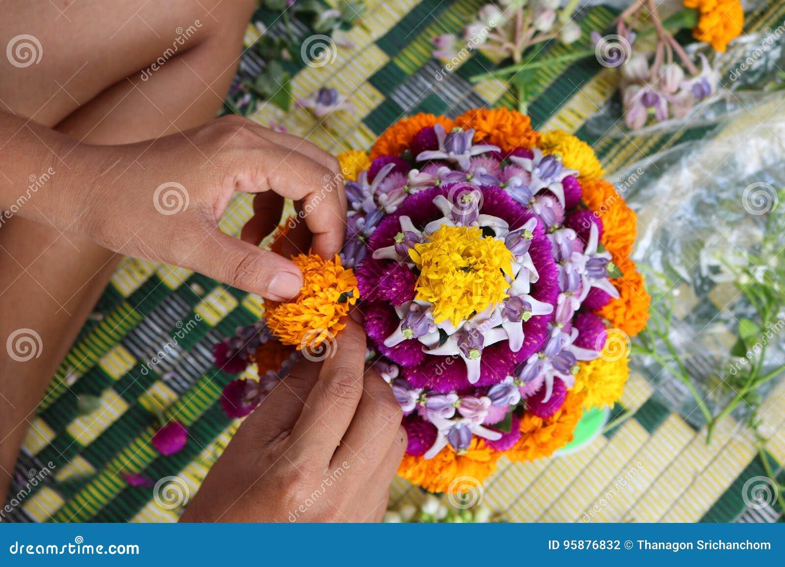 Det thailändska lokala folket gör blomman att bowla