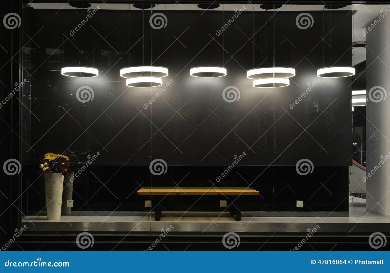 Det tomma lagerfönstret med ledde ljusa kulor, den LEDDE lampan som in används, shoppar fönstret, kommersiell garnering, svart gr