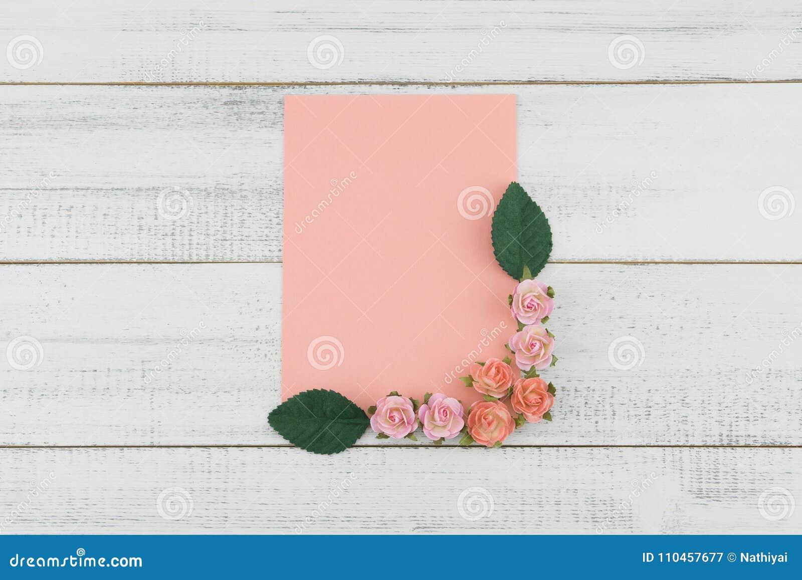 Det tomma rosa kortet dekorerar med pappers- blommor för rosa färgrosen och gör grön sidor